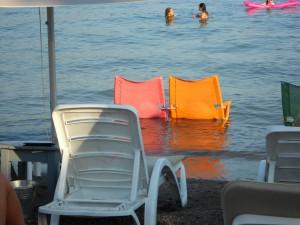 Strandstoel in het water